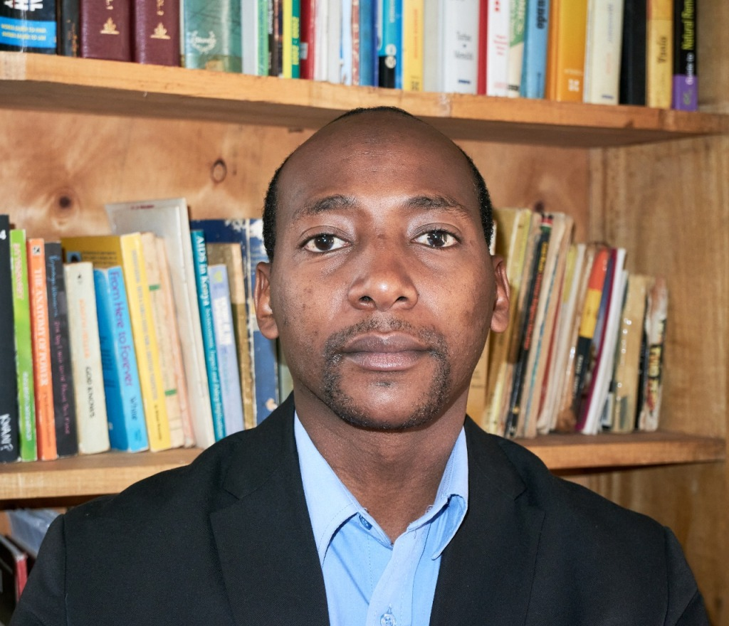 This image has an empty alt attribute; its file name is alexander-nderitu-bookshelf.jpg